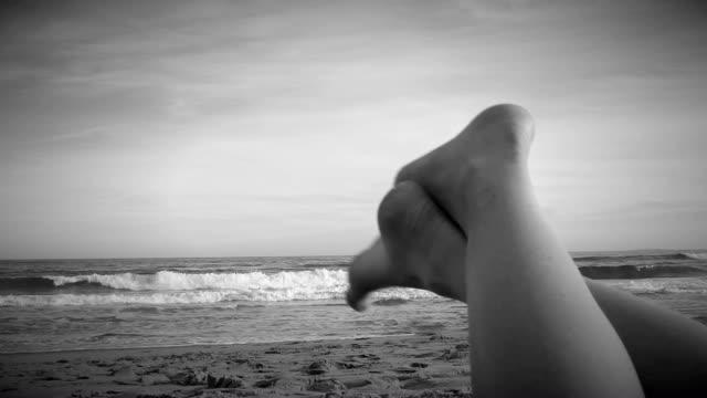 девушка's ноги на пляже - vitamin d стоковые видео и кадры b-roll