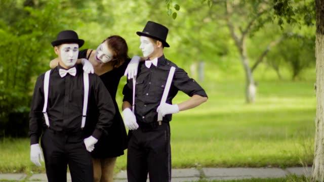 stockvideo's en b-roll-footage met meisjes mimespelers toetreden jongens mimespelers in het park - vetschmink
