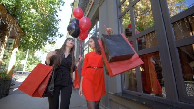 vídeos y material grabado en eventos de stock de chicas en compras, amigas comunican después de buyin en tiendas caras en temporada de descuentos en black el viernes - black friday sale