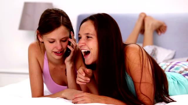 Mädchen am Telefon in girls night in – Video