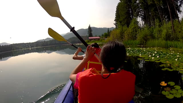 Filles pagayer Kayak sur le lac - Vidéo