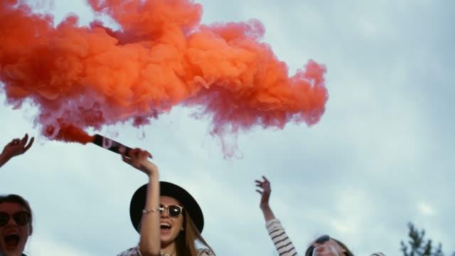 Bидео Girls painting sky with bright smoke
