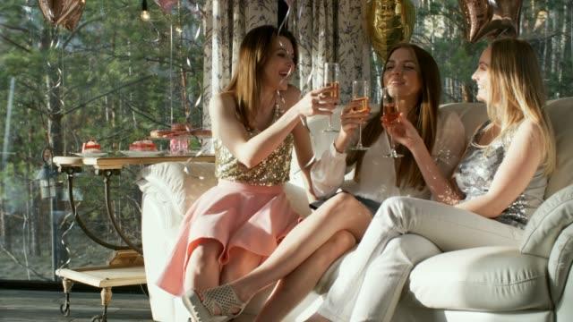 森のレストランでガールズパーティー - 日常から抜け出す点の映像素材/bロール