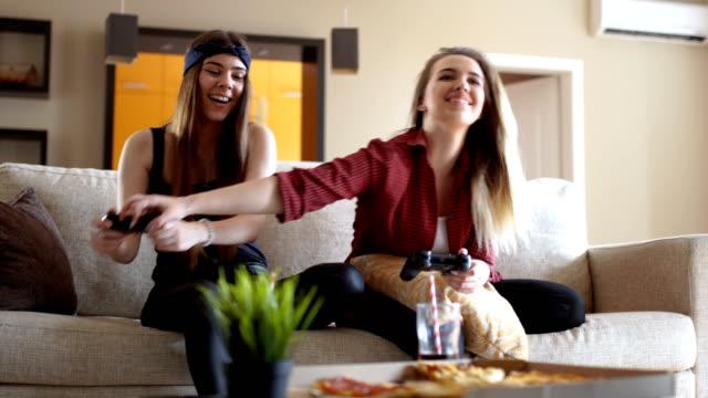stockvideo's en b-roll-footage met meisjes spelen van videospellen - couple fighting home