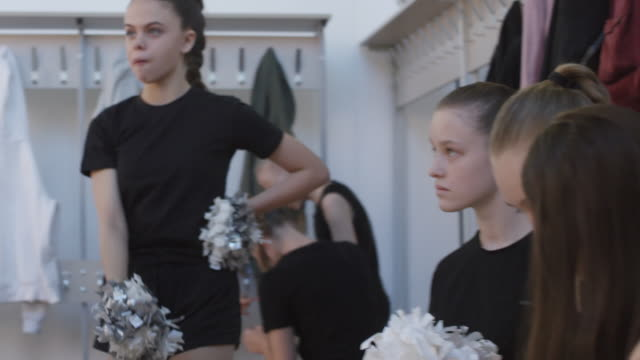 flickor öva cheerleading rutin i omklädningsrummet - gympingdräkt bildbanksvideor och videomaterial från bakom kulisserna