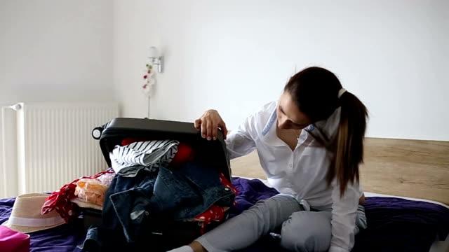 ragazze problemi di imballaggio - donna valigia solitudine video stock e b–roll