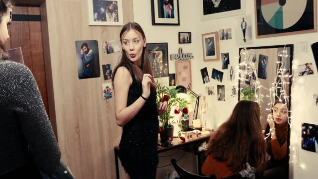 Girls putting glitter for the party - vídeo