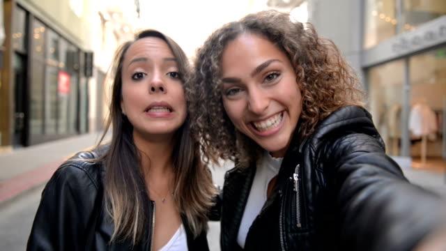 mädchen, die botschaft selfie video - pov - selfie stock-videos und b-roll-filmmaterial