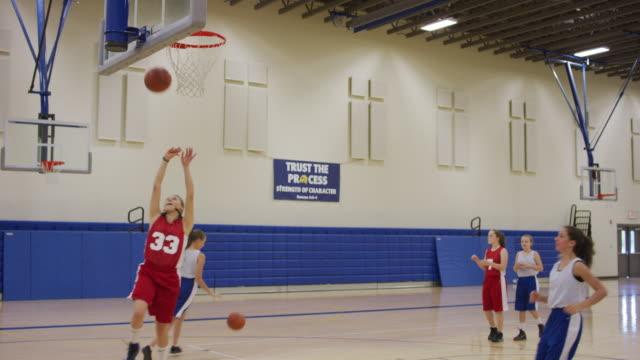vídeos y material grabado en eventos de stock de chicas disparos excesivas durante la práctica de baloncesto - deportes de la escuela secundaria