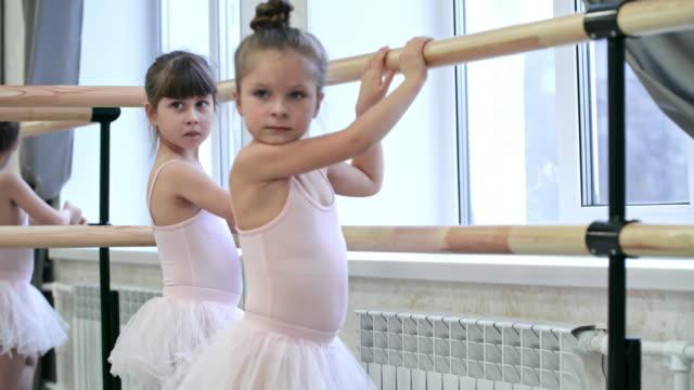 バレエ · バレスで立っている女の子 - チュール生地点の映像素材/bロール