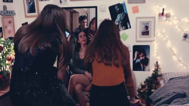 Girls taking selfie for social media - vídeo