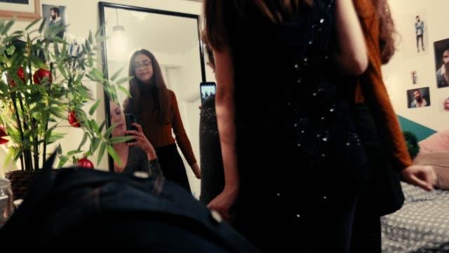 Girls taking selfie for social media видео