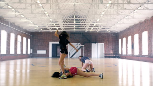 vidéos et rushes de filles twerking dans la salle de gym sport - twerk