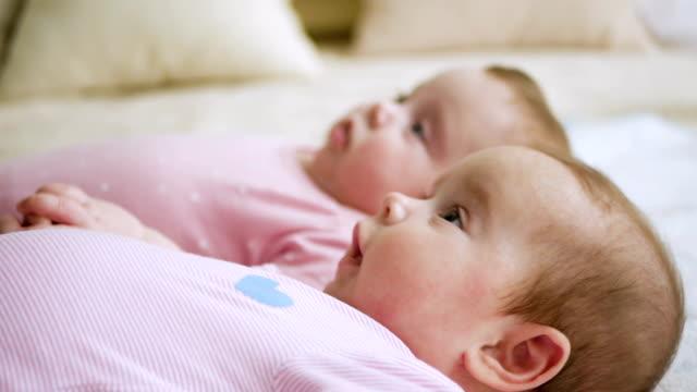 filles jumelles sœurs en vêtements roses - Vidéo