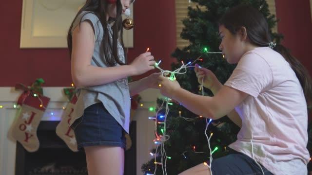 flickor skånska julljus för trädet - hänga bildbanksvideor och videomaterial från bakom kulisserna