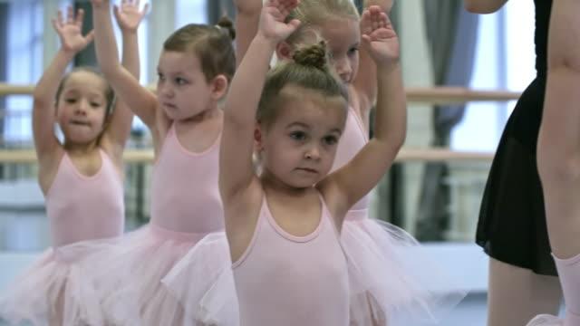 vídeos de stock e filmes b-roll de girls warming up before dance class - tule têxtil