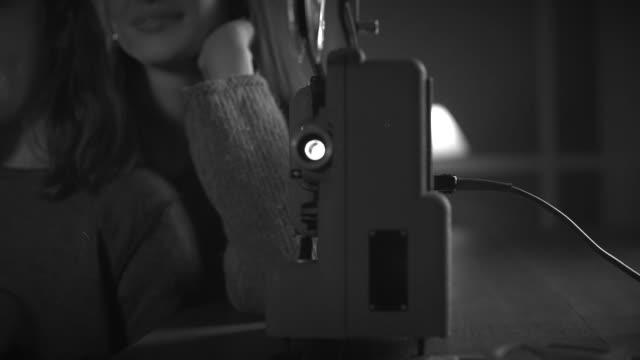 vídeos de stock, filmes e b-roll de meninas que prestam atenção a filmes velhos junto usando um projetor - pré estreia