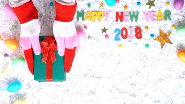Dar un regalo para año nuevo 2018 de fondo, en tiempo feliz - vídeo