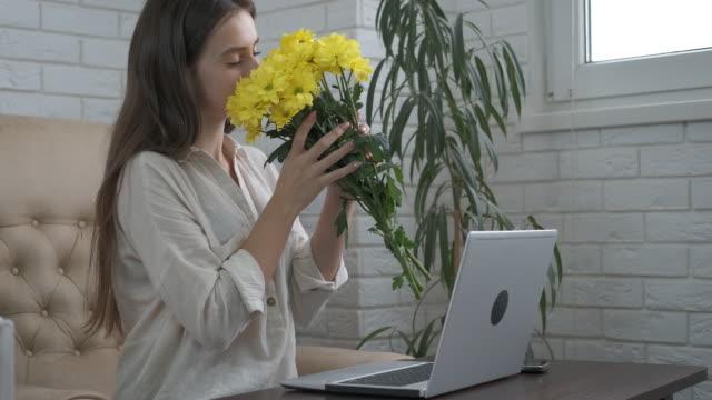 give flowers at work. - wschodnio europejski filmów i materiałów b-roll