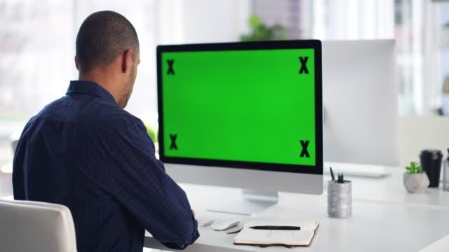 give him a deadline and he'll demolish it - biurko filmów i materiałów b-roll