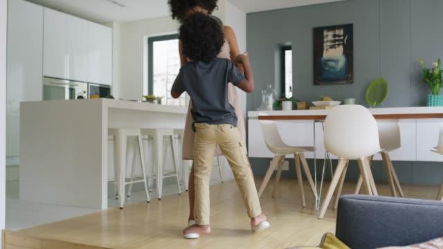 give them happy childhoods to remember forever - один родитель стоковые видео и кадры b-roll