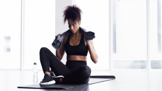 ge din kropp gåvan av kondition - black woman towel workout bildbanksvideor och videomaterial från bakom kulisserna