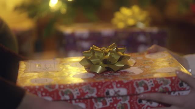 ds cu を与える誰かにクリスマス プレゼント - クリスマスプレゼント点の映像素材/bロール
