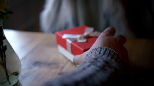 giving a gift - источник стоковые видео и кадры b-roll