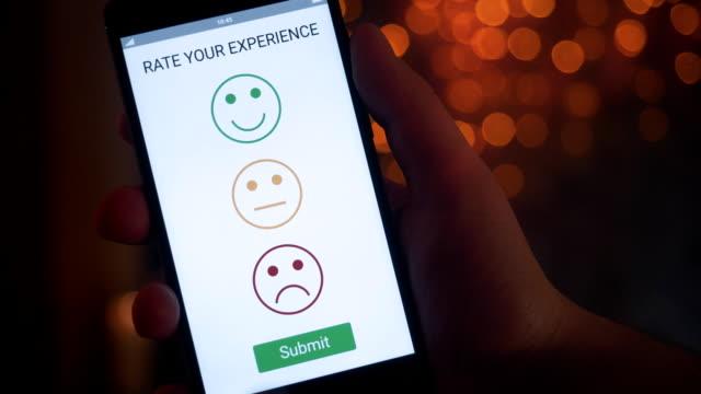 vidéos et rushes de donner une rétroaction positive sur app de satisfaction client à l'aide de smartphone - relation client