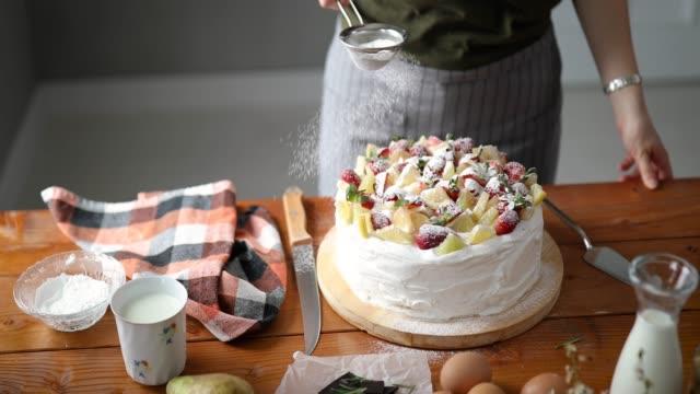 vidéos et rushes de gâteau de fruits dons un dernier détail - boulanger