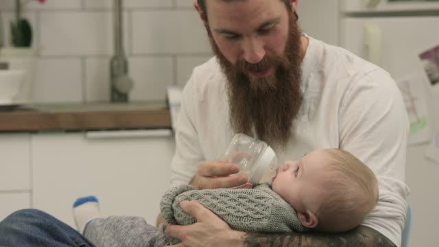 Dando a su hijo una botella - vídeo