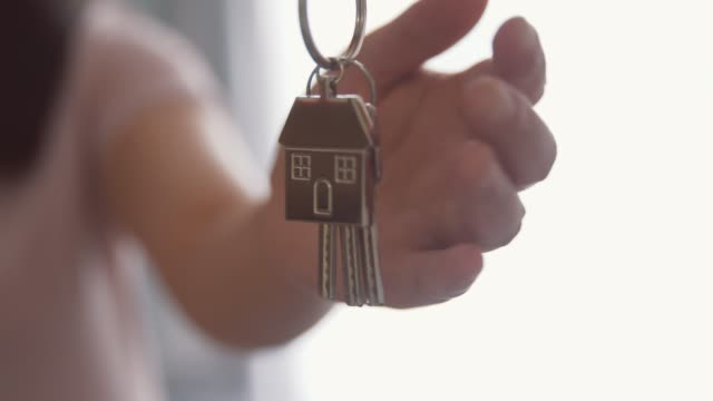 schlüsselübergabe an neuen hausbesitzer - hausschlüssel stock-videos und b-roll-filmmaterial