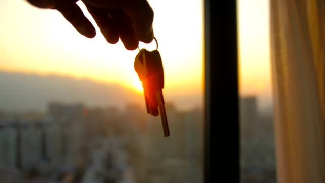 die schlüssel an einen neuen hausbesitzer geben - hausschlüssel stock-videos und b-roll-filmmaterial