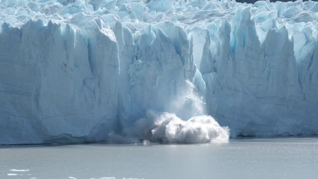 gletscherkalben in zeitlupe - eisklettern stock-videos und b-roll-filmmaterial