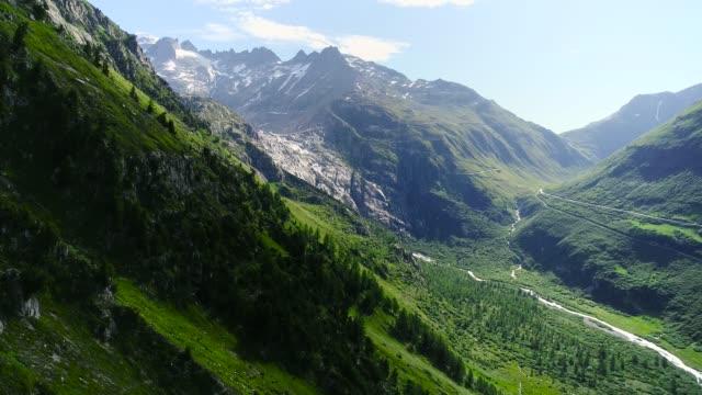 glaciär i en vacker grön dal. ett vackert naturlandskap under den blå himlen - flygfoto med en drönare 4k - bergsrygg bildbanksvideor och videomaterial från bakom kulisserna
