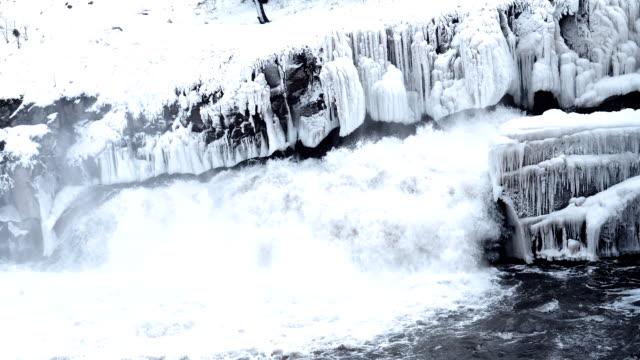 vídeos de stock e filmes b-roll de glacier melting due to global warming - fundição