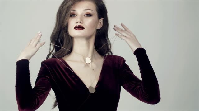 glamorösa narcissistisk flicka och guldkedja. - chain studio bildbanksvideor och videomaterial från bakom kulisserna