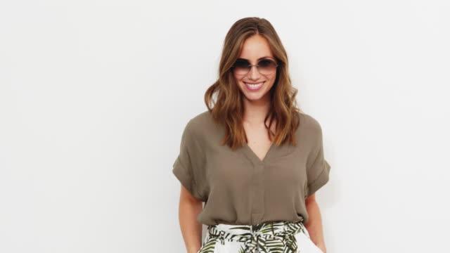 glamorösa kvinna i nyanser - brun beskrivande färg bildbanksvideor och videomaterial från bakom kulisserna
