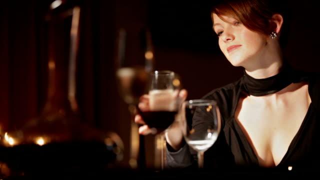vídeos de stock e filmes b-roll de glamour noite jantar gl ro - elegante