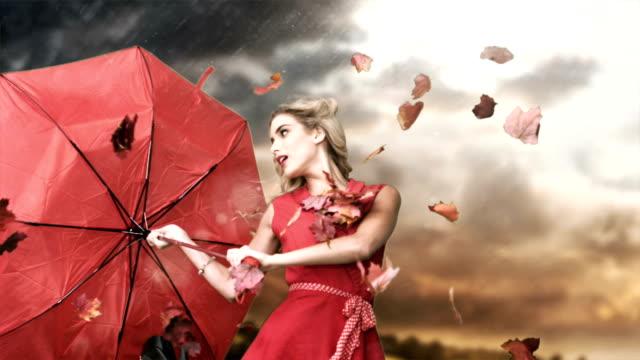 vídeos y material grabado en eventos de stock de glamour mujer sosteniendo un saco roto en cinemagraph - moda de otoño