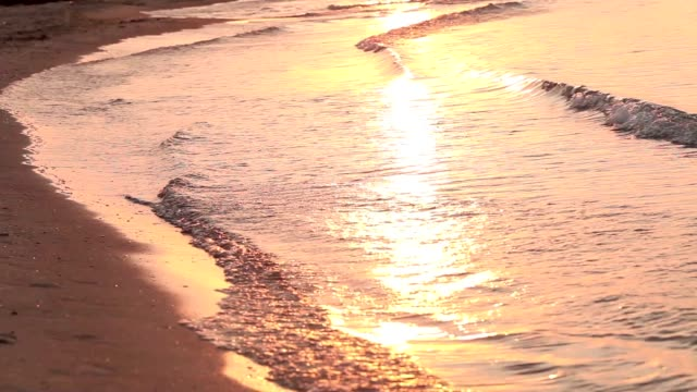 glare of the sun at sunset on the sea waves - paesi del golfo video stock e b–roll