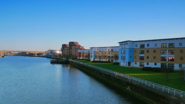 glasgow cityscape near the clyde river - osiedle mieszkaniowe filmów i materiałów b-roll