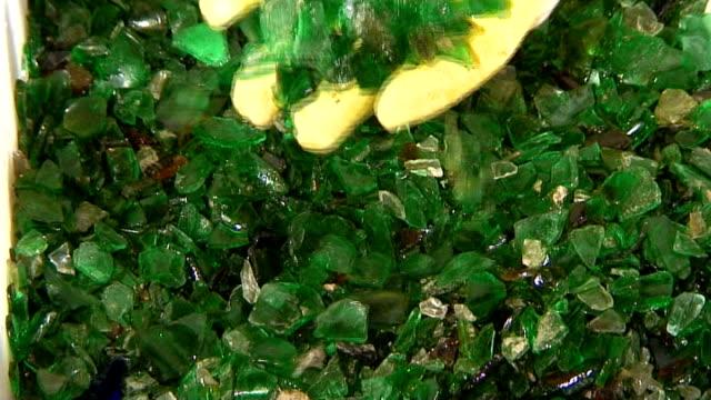 glas 03-grün cullet - altglas stock-videos und b-roll-filmmaterial
