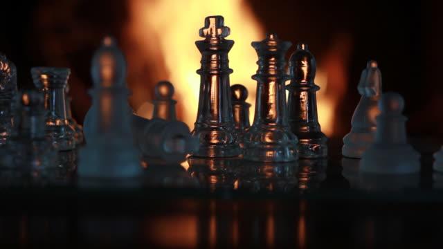 vídeos de stock e filmes b-roll de glass chess figures in front of the fireplace - filosofia