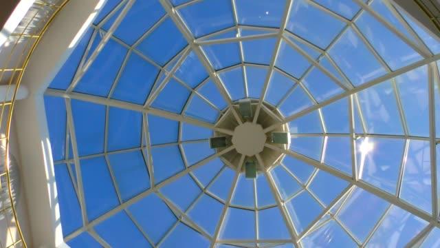 tak med glaskupol och utsikt över himlen. - dom bildbanksvideor och videomaterial från bakom kulisserna