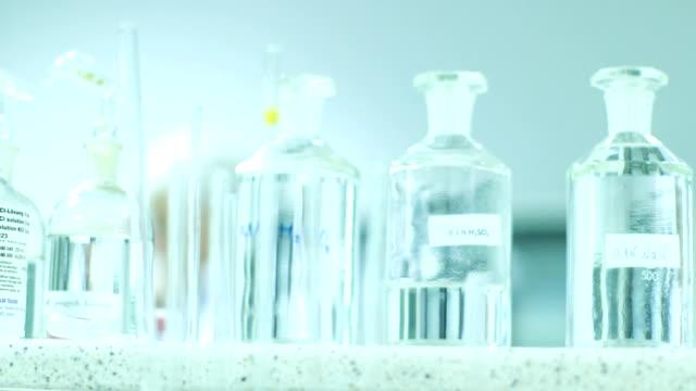 szkło w laboratorium chemicznym - mikrobiologia filmów i materiałów b-roll