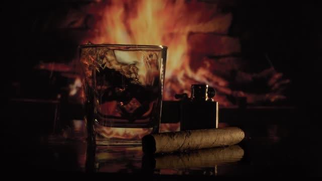 bicchiere di alcol vicino al camino - sigaro video stock e b–roll