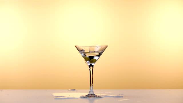 glas av martini explodera - martini bildbanksvideor och videomaterial från bakom kulisserna