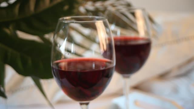 glas rotwein. romantisches dinner-konzept - cabernet sauvignon traube stock-videos und b-roll-filmmaterial