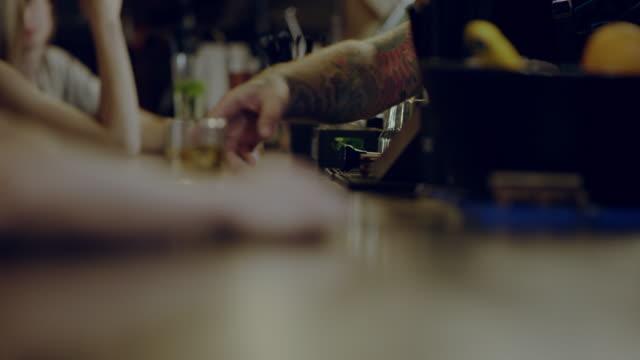 vídeos de stock e filmes b-roll de glass of whiskey on a bar counter - bar local de entretenimento